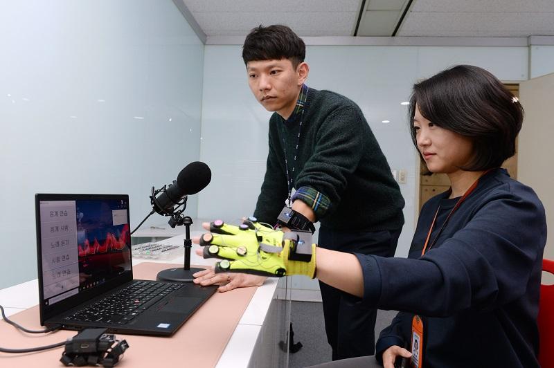 [2020-22호] ETRI, 청각장애인에게 촉각 통한 소리 전달 성공